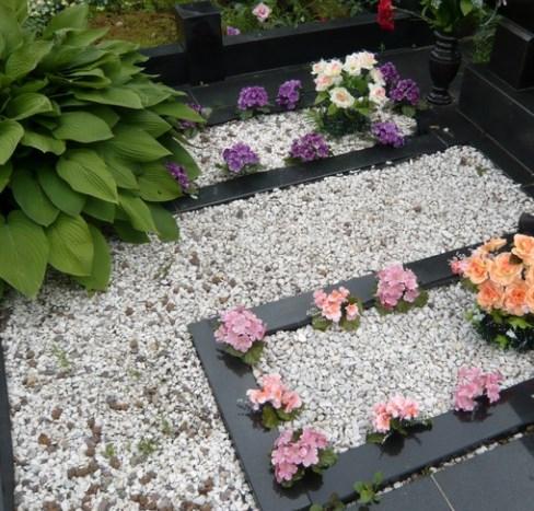 Цветы из дома на кладбище
